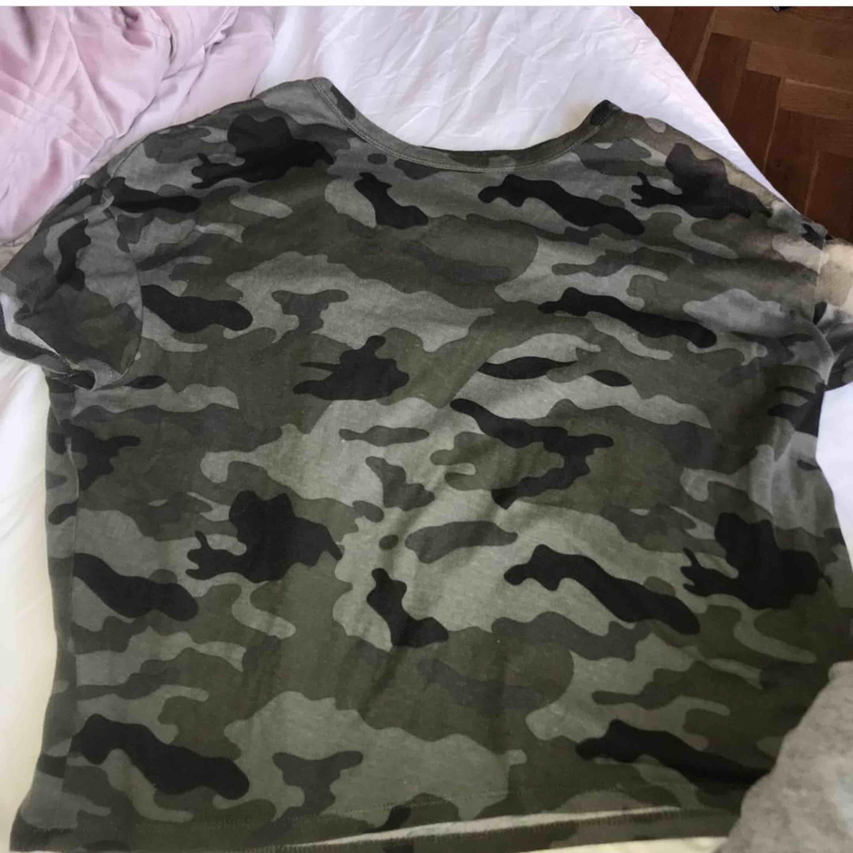 Snygg militär t-shirt från Zara. Sitter sjukt snyggt på! Går o styla supersnyggt!!!. T-shirts.