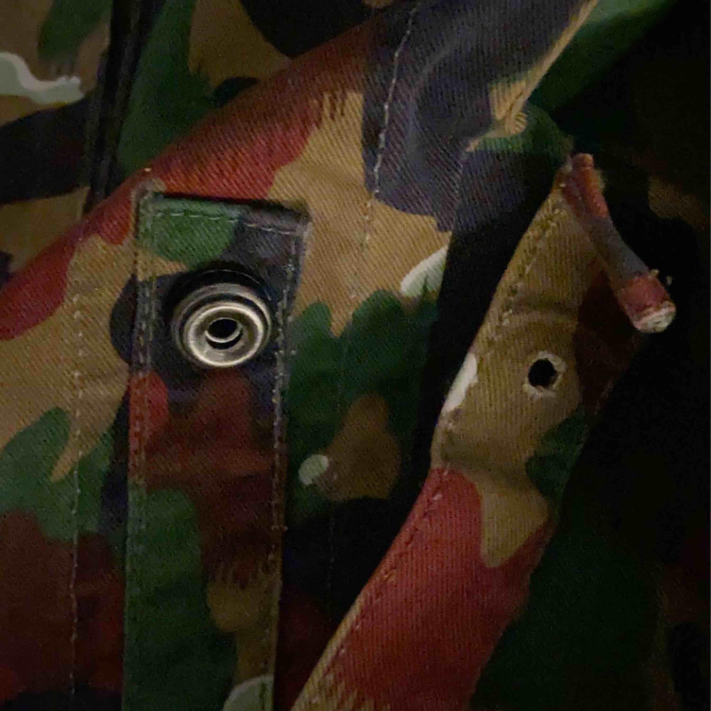 """En jätte fin """"jacka"""" i camo färger, perfekt skick om man bortser från det ni ser på tredje bilden där en knapp lossnat. Frakt ingår❤️❤️. Jackor."""