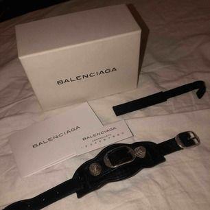 Jätte snyggt balenciaga armband. Jätte gott skick! Knappt använd. Allt tillkommer. Äkta! Kan mötas upp eller posta