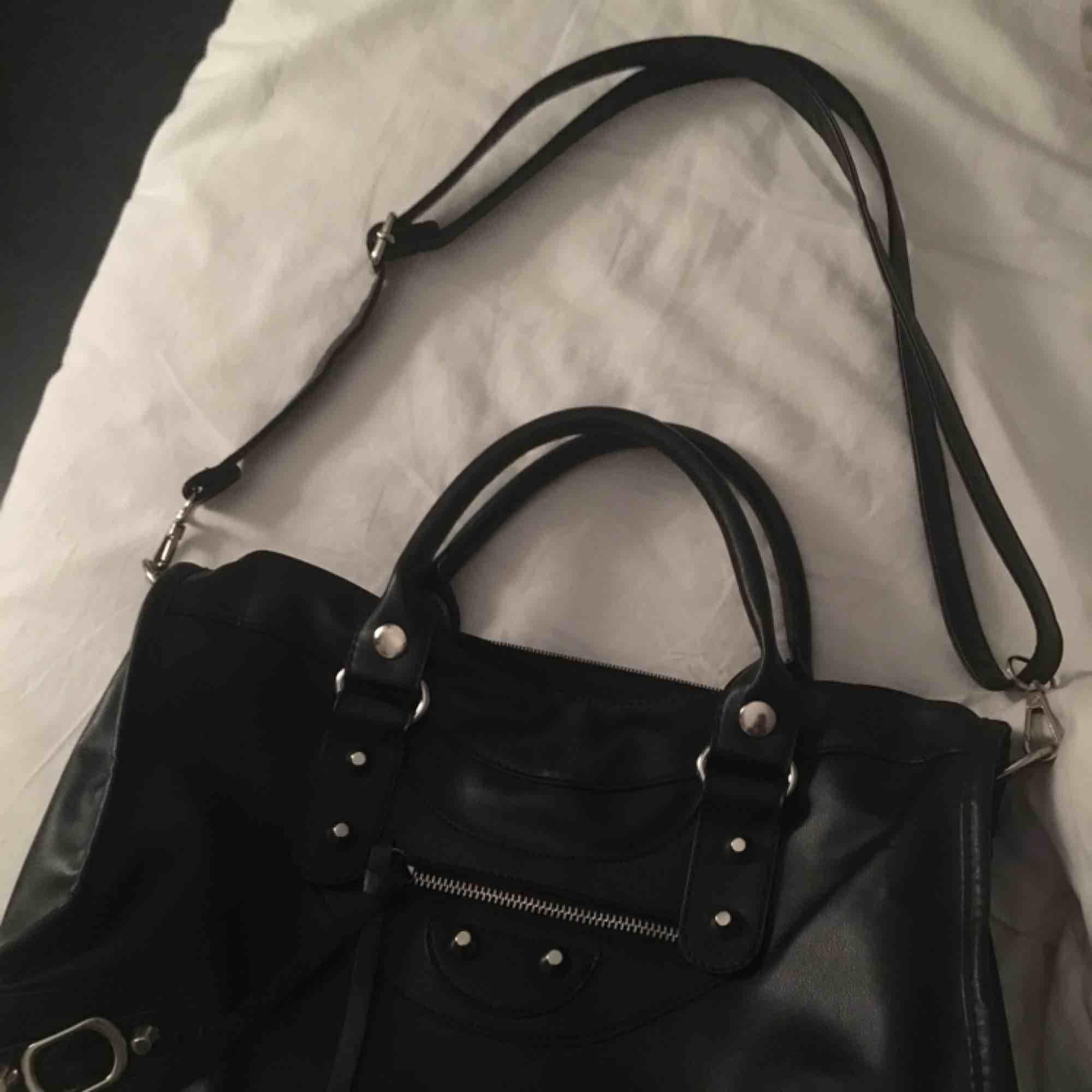 Balenciaga liknande väska Använd 2-3 gånger som helg ny. Accessoarer.