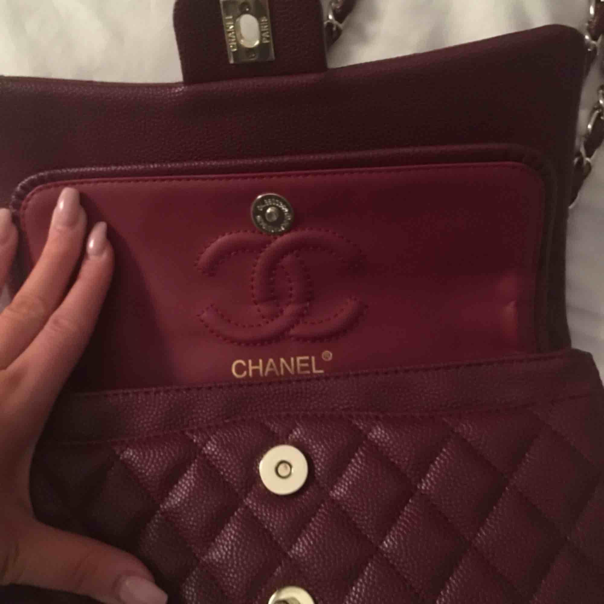 Chanel väska Vet ej om den är äkta Äkta lambskinn. Accessoarer.