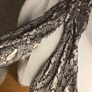 Ormskinns byxor från H&M, skönt material, strl S💗