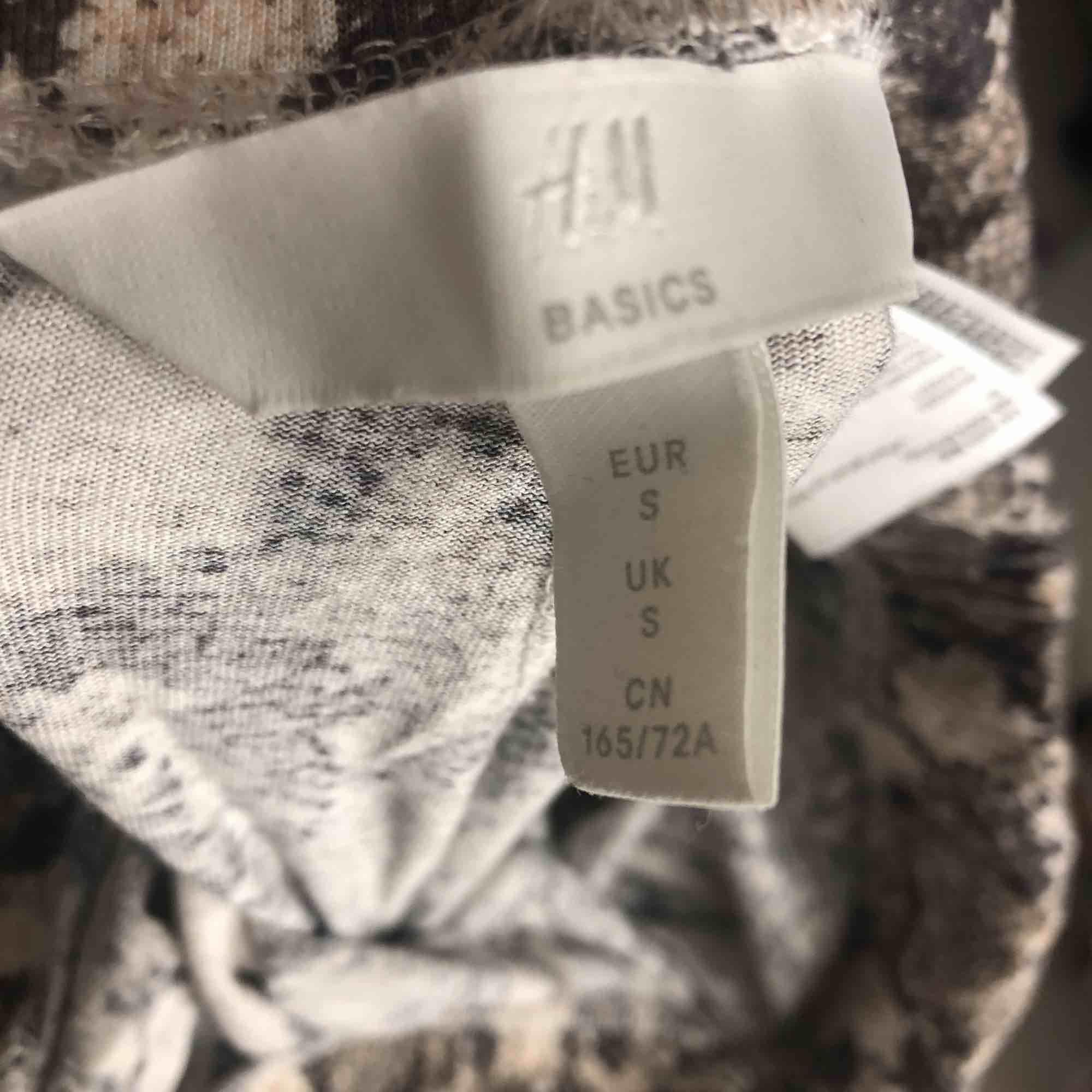 Ormskinns byxor från H&M, skönt material, strl S💗. Jeans & Byxor.