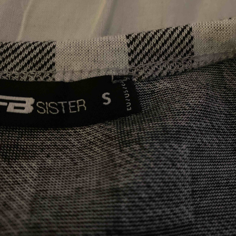 Super fin mag tröja med ett rutigt mönster. Aldrig använd❤️. Toppar.