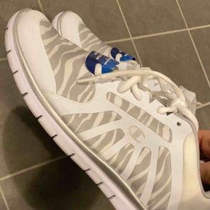 Helt oanvända skor ifrån Champion, jättefina med jätte skönt material. Frakt ingår❤️