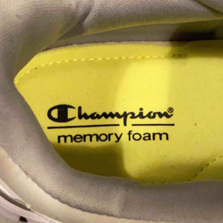 Helt oanvända skor ifrån Champion, jättefina med jätte skönt material. Frakt ingår❤️. Skor.