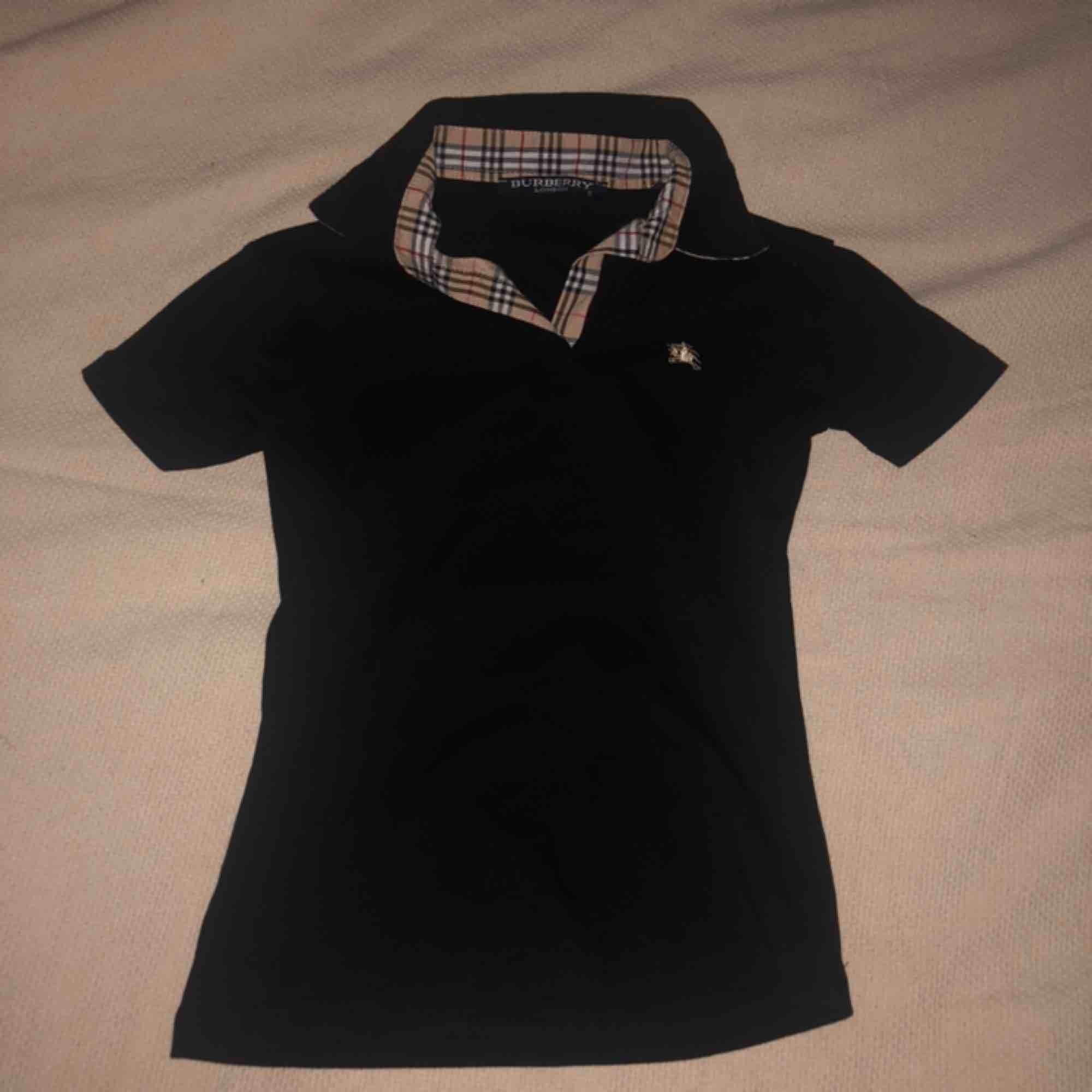 Burberry t-shirt i fint skick (ej äkta). Liten i storleken passar en Xs eller mindre. . T-shirts.