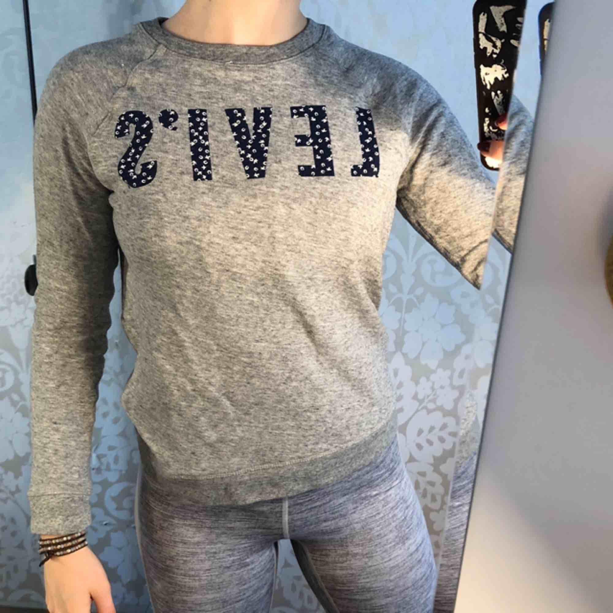 Levis sweatshirt med tryck. För liten för mig tyvärr. Fri frakt.. Huvtröjor & Träningströjor.
