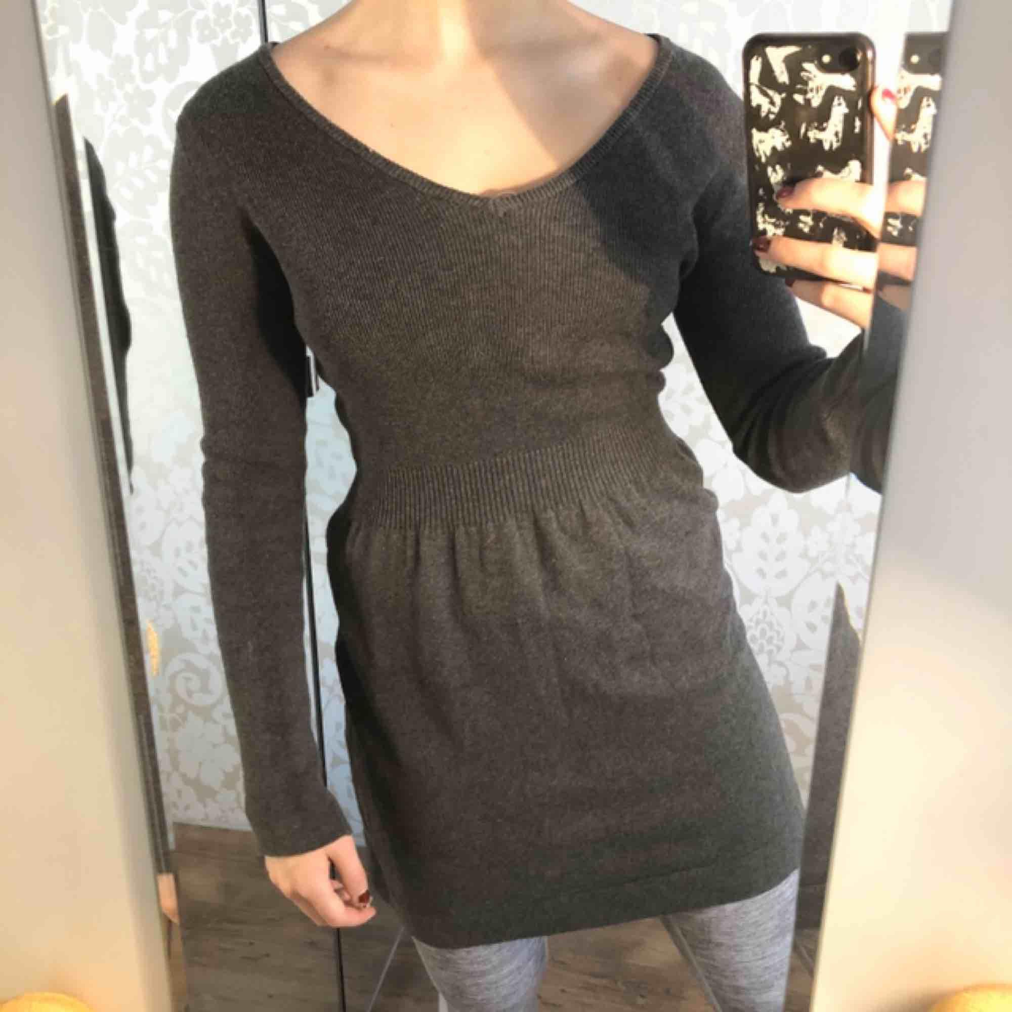 Grå stickad klänning från Mango. Superskön!!  . Klänningar.