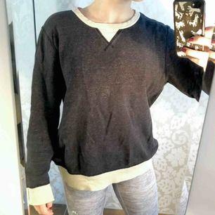 Mörklblå sweatshirt med beigea muddar och halsringning. Passar dem flesta storlekar, snygg som lite oversized. Fri frakt!