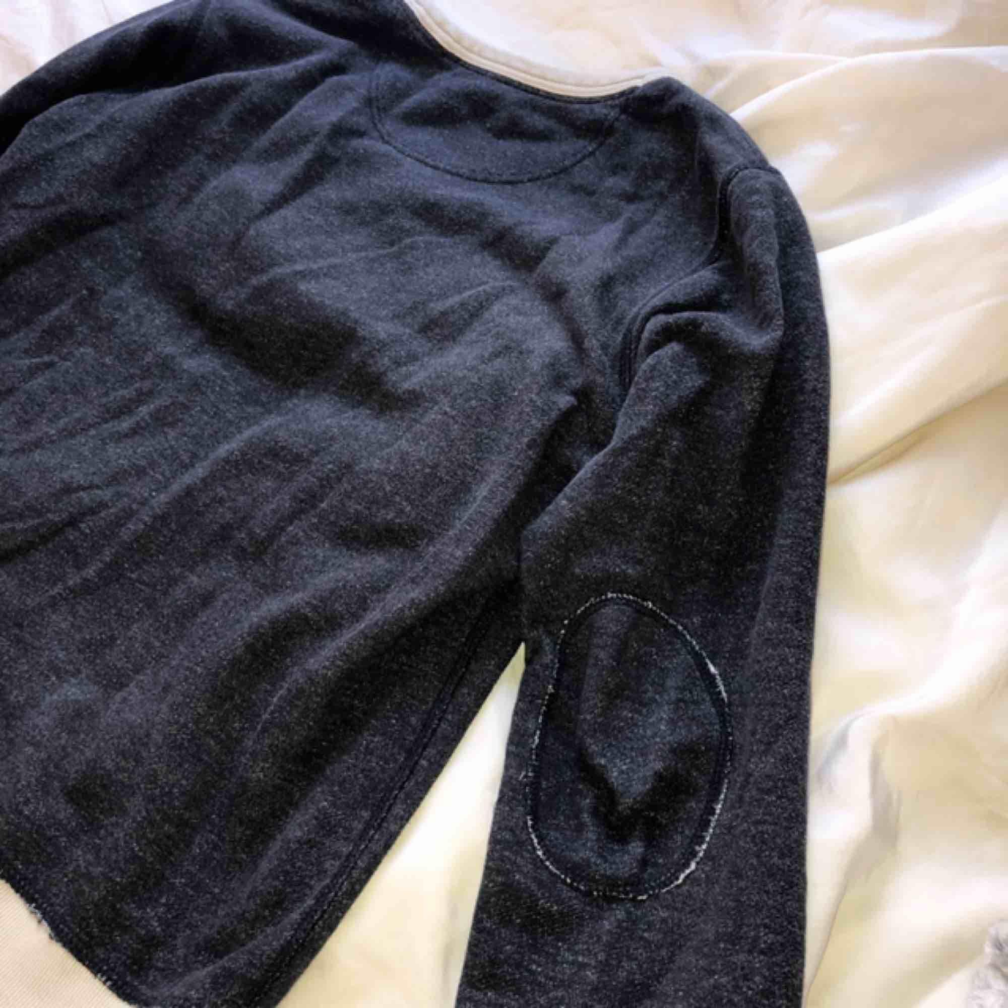Mörklblå sweatshirt med beigea muddar och halsringning. Passar dem flesta storlekar, snygg som lite oversized. Fri frakt! . Huvtröjor & Träningströjor.
