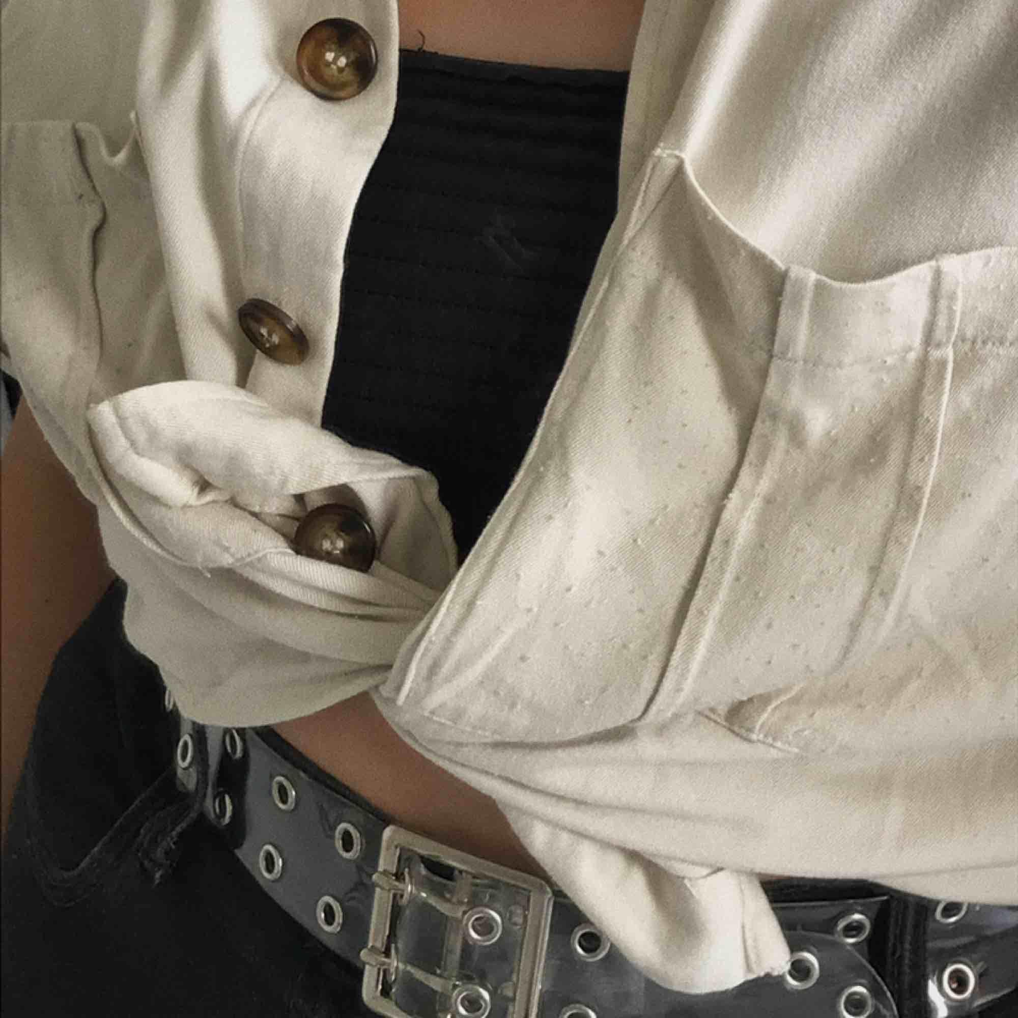 Ett genomskinligt bälte från Urban outfitters som jag köpte i new york säljer pga att jag aldrig använder det!. Accessoarer.