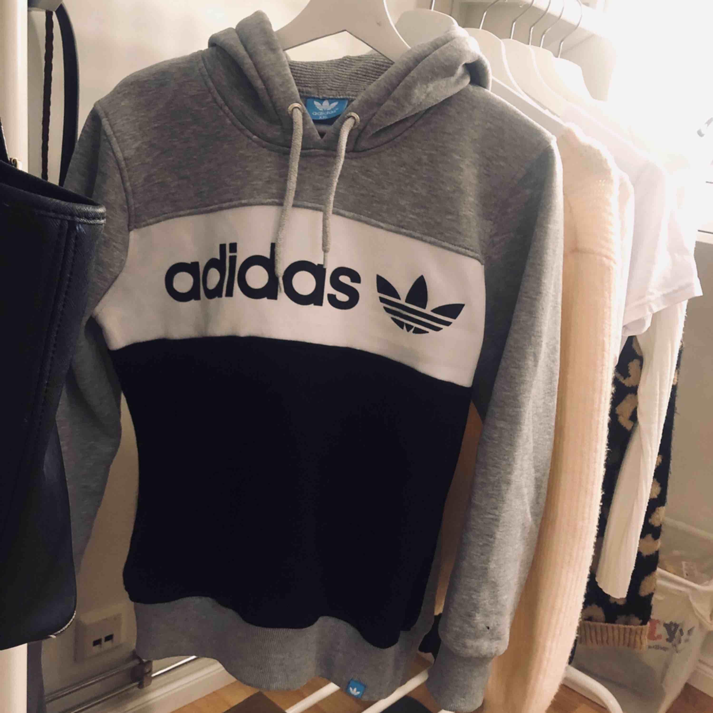 Adidas hoodie ej äkta. I fint skick och bra kvalite. Säljer pga att jag inte använder den . Huvtröjor & Träningströjor.
