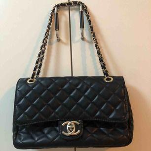 Säljer denna Chanel väska medium  superfin kopia Inga som helst fel. Perfekt skick. Kan även ha som crossbody  Kan diskutera pris vid snabb affär.