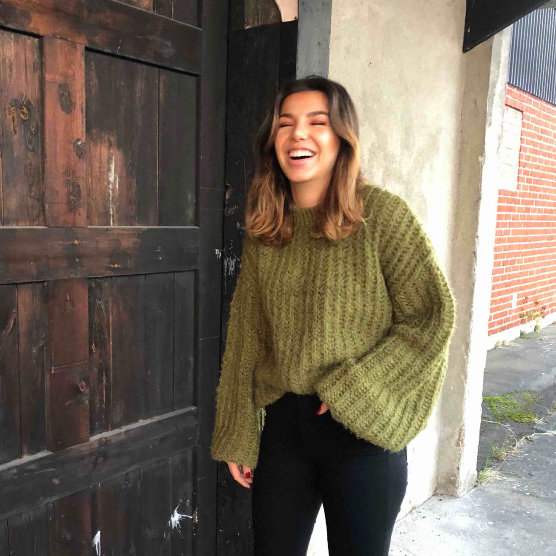 Grön härlig stickad tröja, perfekt nu när det är lite kyligare 🥰. Stickat.