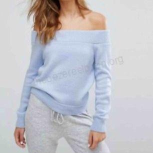 Säljer denna off-shoulder stickade tröjan i en ljusblå färg. Använt max 3 gånger så den är i bra skick!☺️