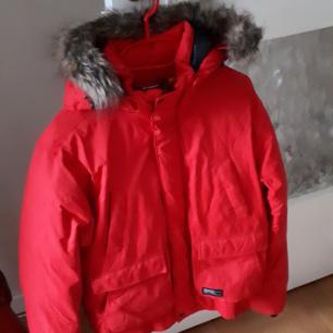 Varm och skön Everest vinterjacka säljes. Storlek S. Oanvänd. Nypris 1299kr.