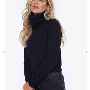 Säljer denna stickade polo tröjan. Skit snygg och mysig! Sticks ingenting. Helt oanvänd och lappen är kvar! Köparen står för frakten! Köpt för 349kr. Kan gå ner lite i pris vid snabb affär🥰🥰 Den är i onesize, så den sitter som en S.😘