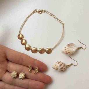 Helt nya oanvända smycken! Supersöta och unika. 3 örhängen och ett vrist/armband.  39 kr/st.  2 st för 69 kr. 3 st för 89 kr.  Alla 4 st för 109 kr.  Frakt 9 kr. ✨