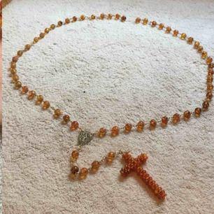 """Världens coolaste inredningsdetalj! Äkta katolskt gigantiskt kors """"halsband"""" köpt i Argentina, med bärnstensliknande kulor. Väldigt unikt! Går att hänga upp tex över säng. Ca 2.10 m långt och själva hänget med kors 42 cm. 🔥"""