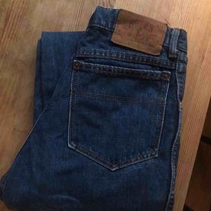 Säljer dessa perfekt raka jeansen. Fin färg för hösten (bild 1 visar färgen bäst) de är i toppskick!   Storlek:  Midja: 32  Höft/rumpa: 42  Ben: 107 cm