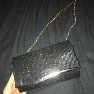 Väska, glittrig  Man kan ta bort kedjan  Använd under balen endast