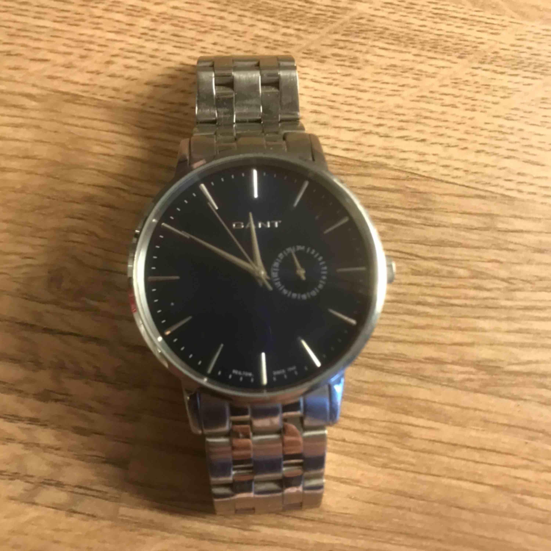 Säljer denna så fina gant klocka pga att den inte andvänds, det är killmodell. Köpt för några år sedan för ca 2300 kr ! Hör av er om mer frågor finns, batteriet behövs bytas. Accessoarer.