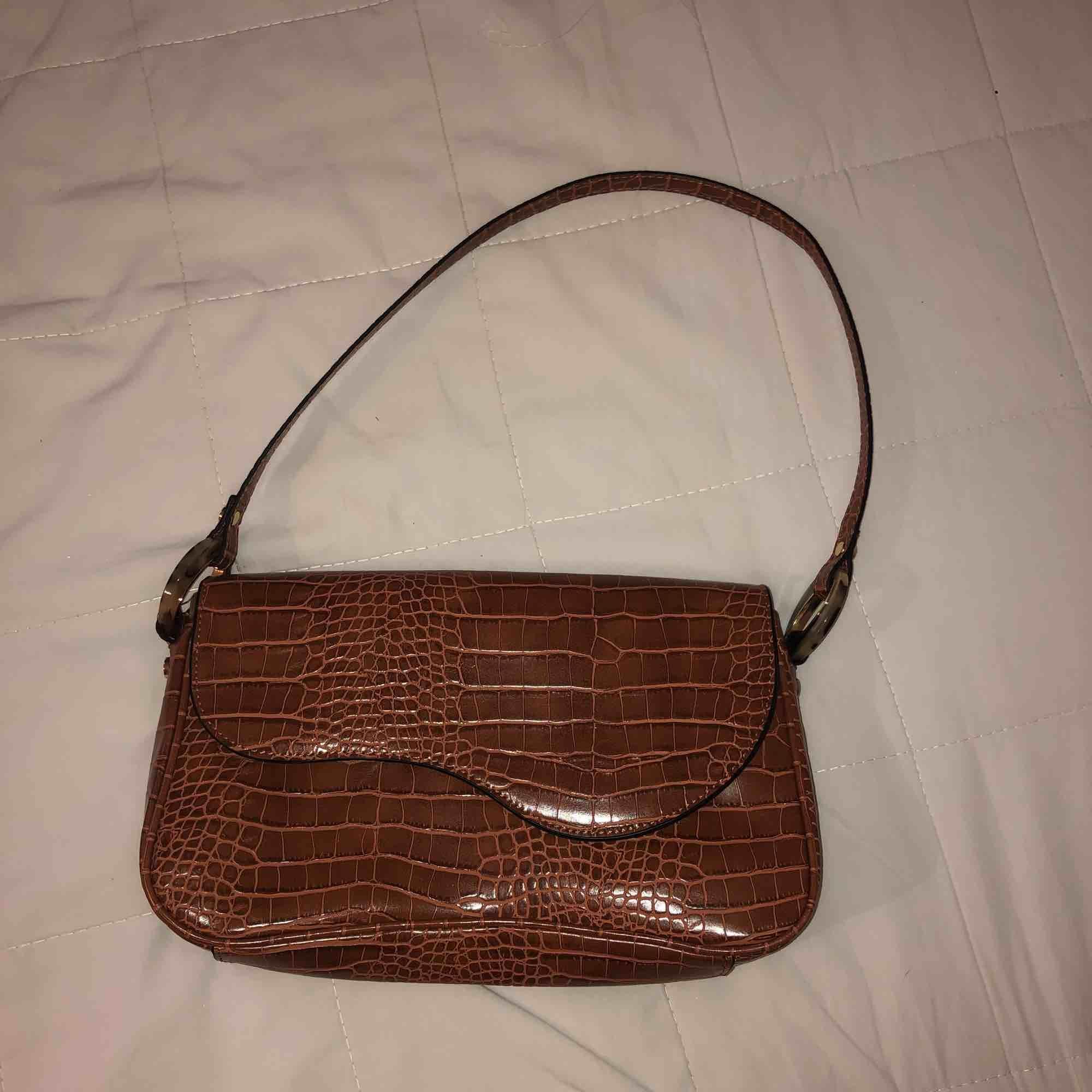 En nästan helt oanvänd väska från zalando, köpt för 329kr därav priset💕💕 (Inte äkta skinn) pris plus frakt! Kan även mötas upp om det är tillräckligt nära!. Väskor.