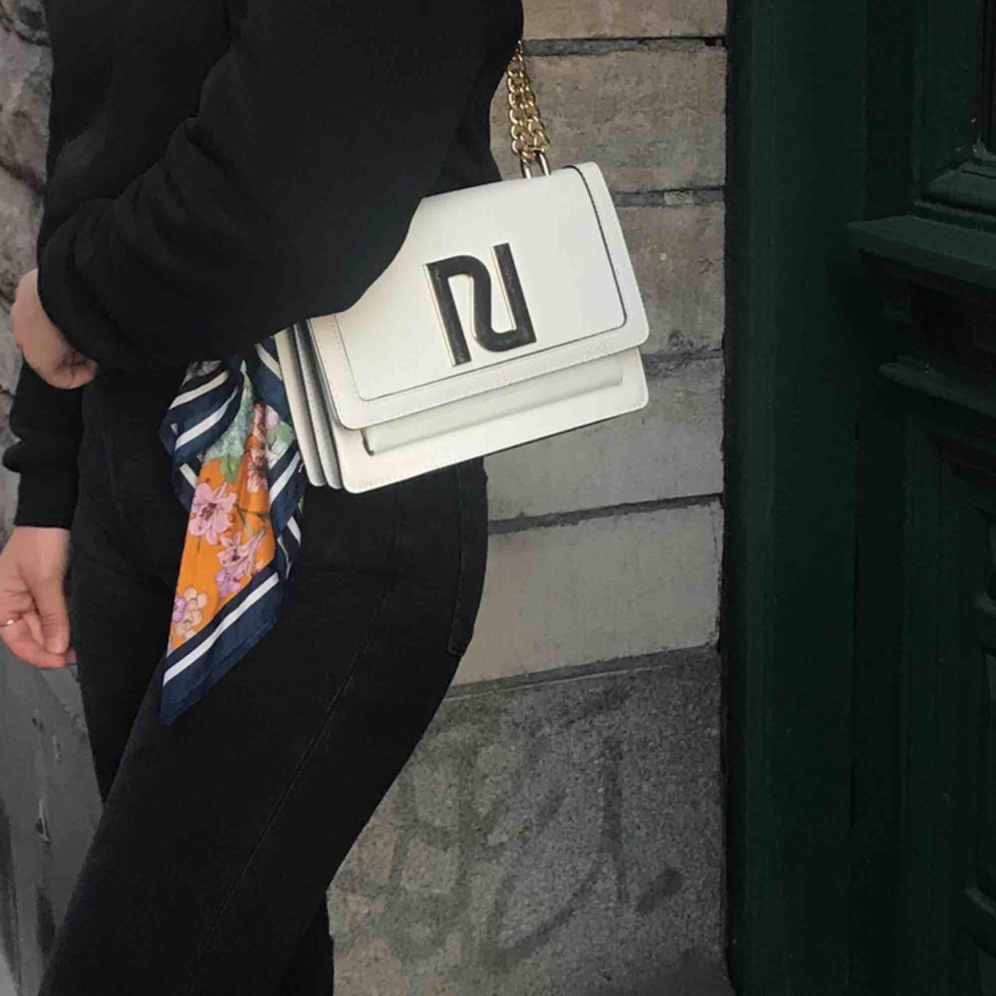 Super snygg väska !! En favorit helt klart💞Inköpt för 600kr, inga slitningar eller fläckar. Skulle gissa på att den är använd 4-6 gånger bara🕊🕊. Accessoarer.