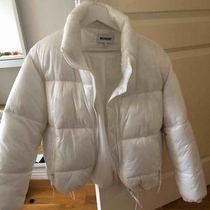 Säljer denna snygga vita puffer jacket från weekday! Varm och perfekt till vintern. Har en innerficka och resårband. Använd någon fåtal gång. Kan mötas upp i Stockholm , eller skicka, men då står köparen för frakt! Nypris 800 kr❄️☃️💙