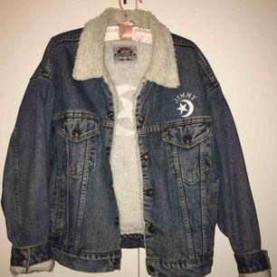 Skitsnygg jeansjacka med fordring från Levis. Den är mjuk och mysig på insidan, och klarar även av kall temperatur. Skick: topp, använd cirka en vinter.