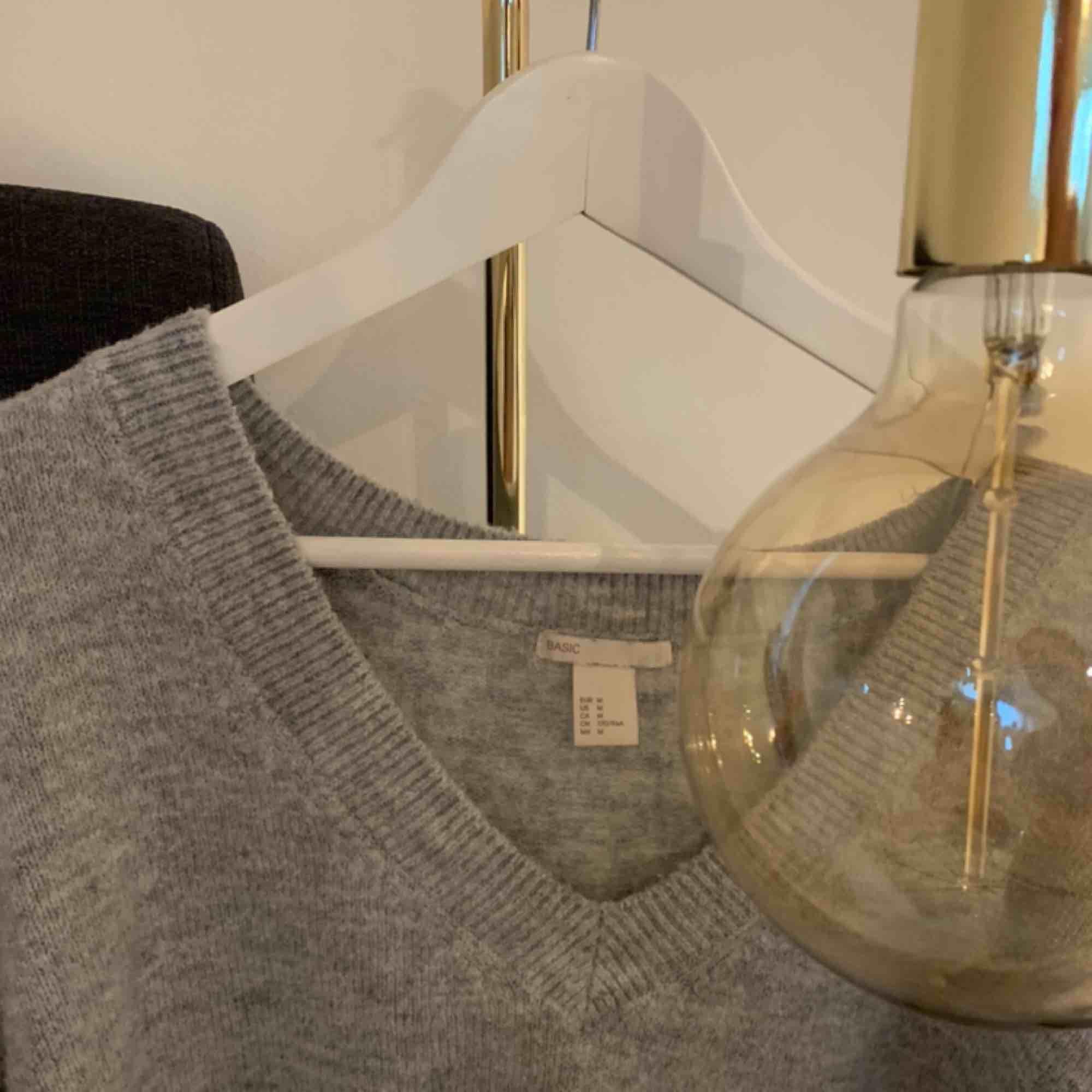 En riktig mysig tröja, lite oversized men sitter fint ändå. (Armarna är vida) Köpte den för 200kr. Köparen står för frakten. Stickat.
