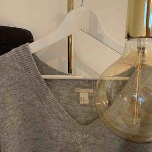 En riktig mysig tröja, lite oversized men sitter fint ändå. (Armarna är vida) Köpte den för 200kr. Köparen står för frakten