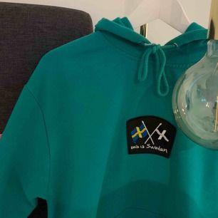 Cool hoodie med cool design. Hoodien är från /STAY och märkena är från this is Sweden (deras collection med Erik Lundin). Köparen står för frakten.