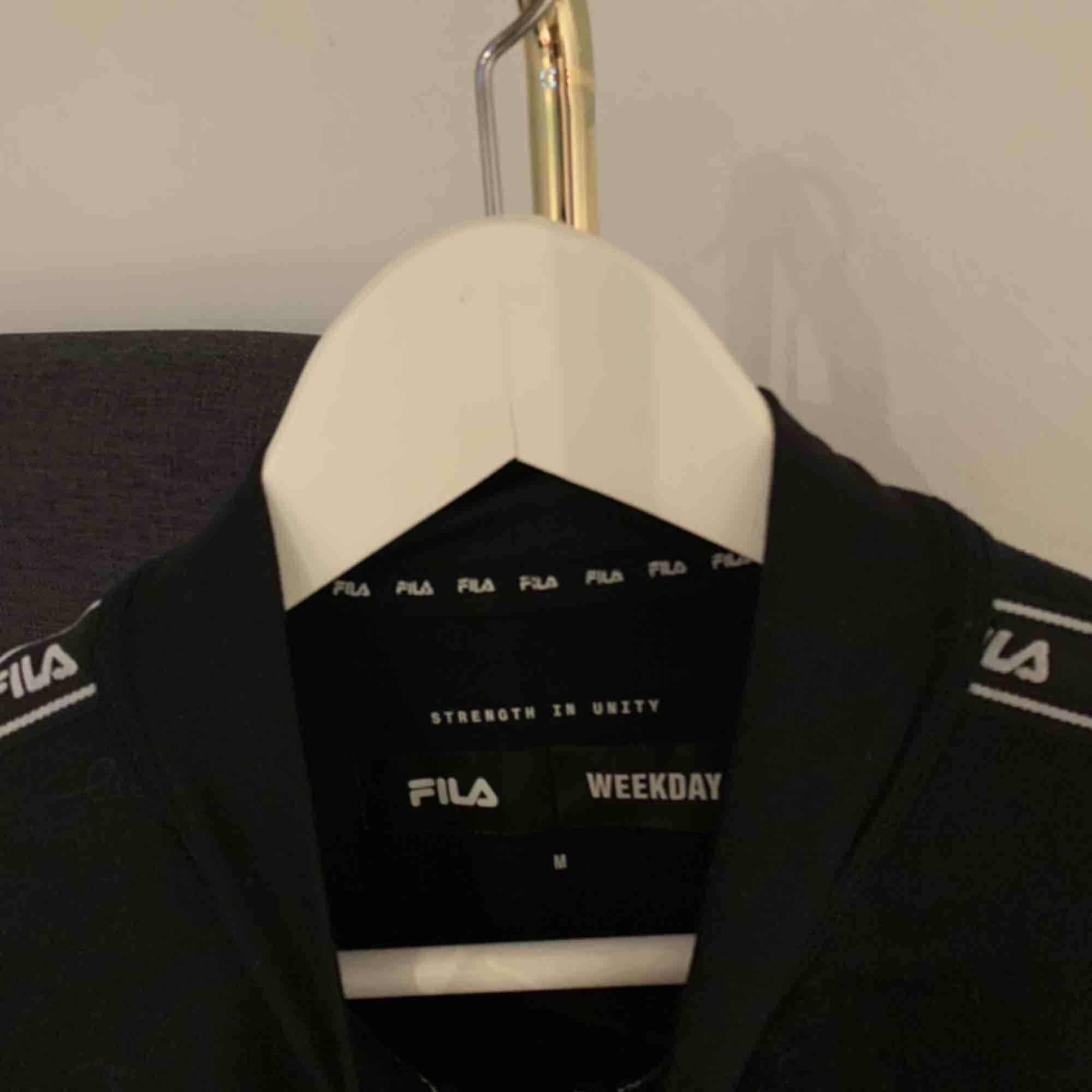 Snygg tröja från Weekday / FILA. Köptes för 500kr. Köparen står för frakten.. Huvtröjor & Träningströjor.