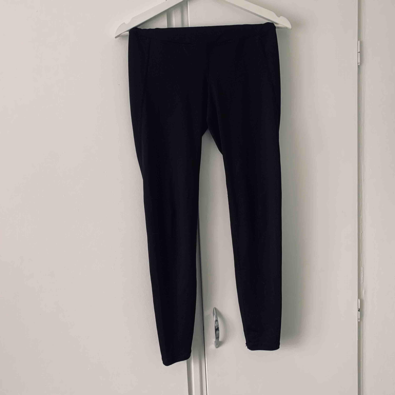 Högmidjade träningstights Köparen står för frakt. Jeans & Byxor.