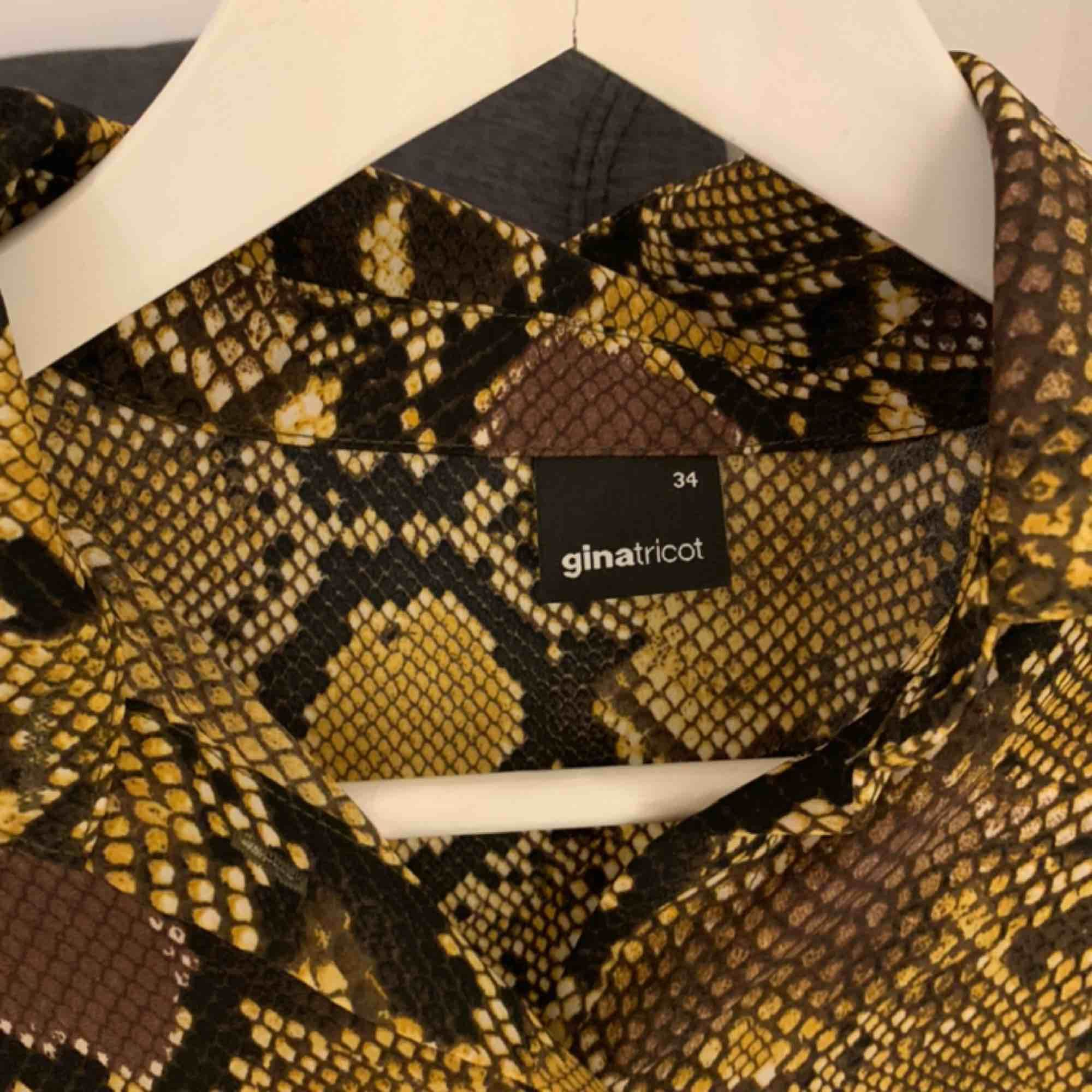 Cool skjorta till festtillfällen! Köptes för 400kr. Köparen står för frakten.. Skjortor.