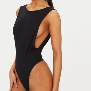 Storlek 8, motsvarar en S. En bodysuit som visar sideboob, tyvärr satt den inte så bra på mig, då den va för stor. Lapp kvar, oanvänd.
