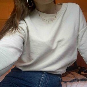Ljusbeige tröja från Pull&Bear köpt för inte så alls länge sedan. Använd 2-3 gånger så den är i väldigt bra skick. Storlek S/36 💛
