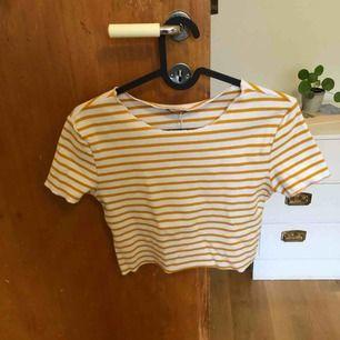 Vit gul randig tröja. Aldrig använt, lappen kvar