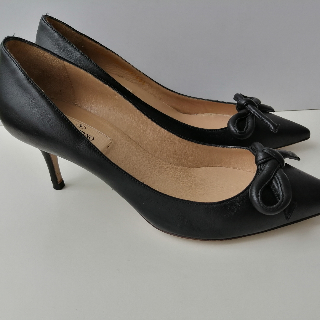 Valentino Garavani pumps, very good condition, dustbag, 100%authentic, size 36.5, insole 24cm, high heels 6cm, write me for more info and pics 😊. Skor.