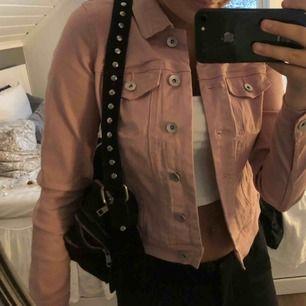 En söt ljusrosa jeansjacka från Vero Moda, använt den ca 2 gånger, säljer pga det inte är min stil längre💖💖