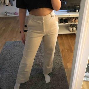 Ett par skitsnygga byxor från Lindex i storlek 38. Själv är jag 173cm och byxorna passar mig bra i längden. Har använt 1 gång så dem är som nya. Frakten ingår i priset😊