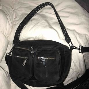 """Säljer denna noella bag, bra skick förutom att det saknas 2 """"knappar"""" på bandet 💕 och ett litet märke på höger ficka💕💕💕"""