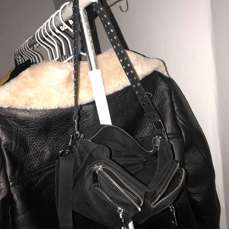 """Säljer denna noella bag, bra skick förutom att det saknas 2 """"knappar"""" på bandet 💕 och ett litet märke på höger ficka💕💕💕  Höjd: 15 cm Bredd: 25 cm Djup: 7 cm. Väskor."""
