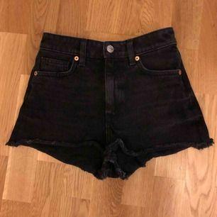 Korta svarta shorts