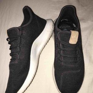 Adidas tubular skor Färg: mörk gråa Skick: 8/10 Unisex Sparsamt använda Säljer pga kommer ej till användning