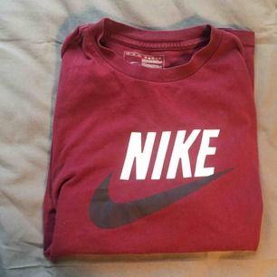 Vintage Nike köpt på Beyond retro! Litet hål på armen annars fint vintage skick! Hittar ingen storlek men skulle säga M.  Kan frakta eller mötas upp i Stockholm