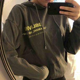 En ljusgrå hoodie köpt på carlings💚🖤