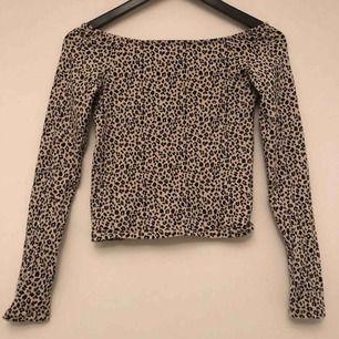 En leopardmönstrad offshoulder tröja. Vanligt stretchigt material. Endast använd 1 gång.